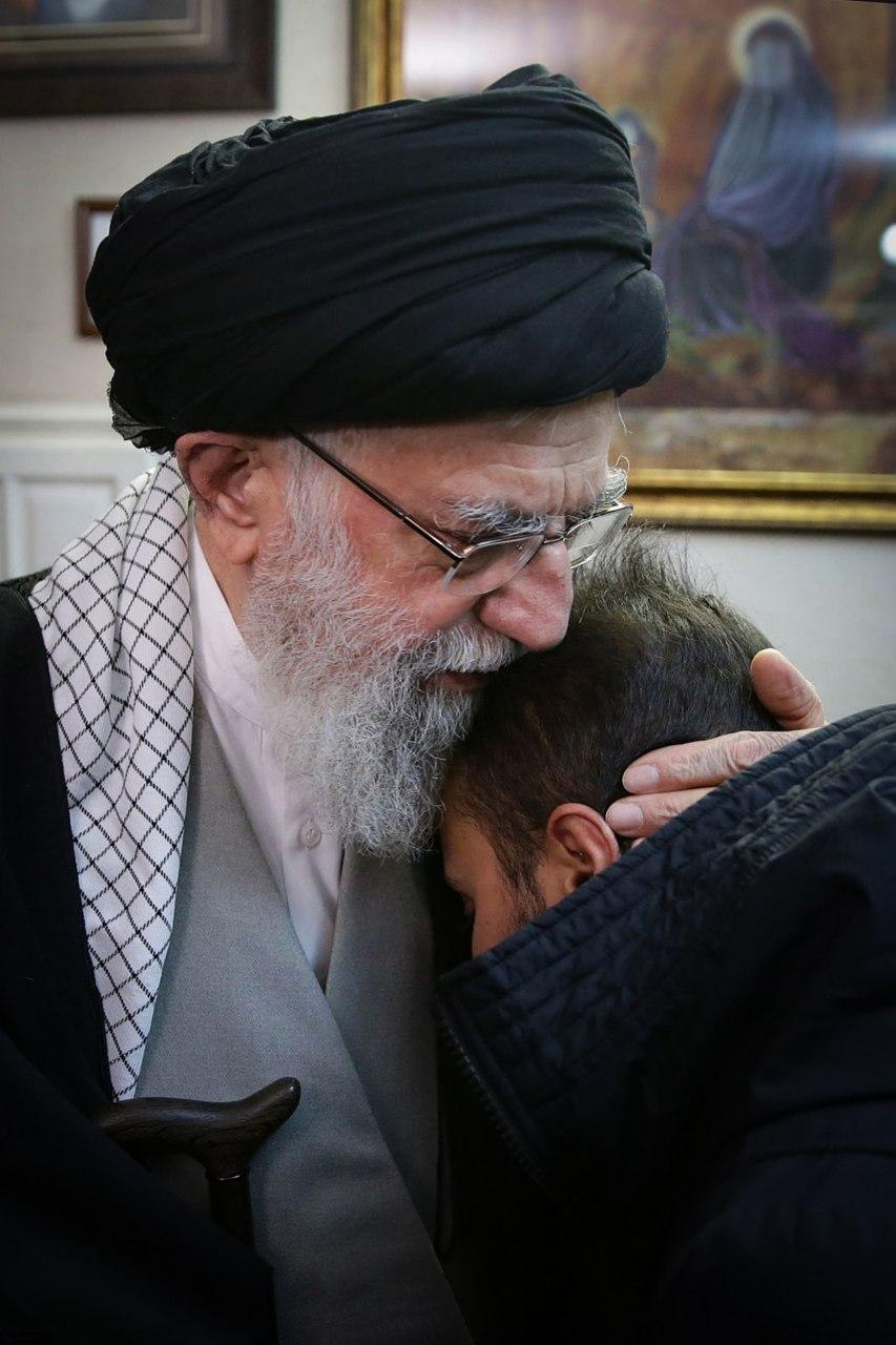 تصویر منتشر شده از رهبری و فرزند شهید قاسم سلیمانی
