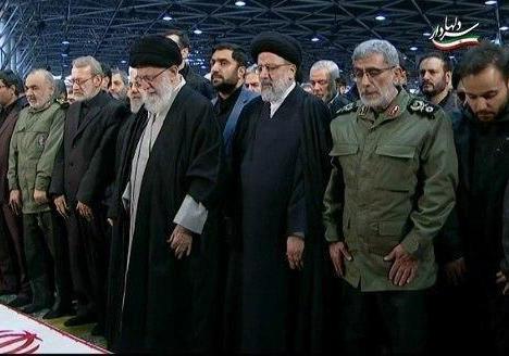 نماز پر سوز و گدار رهبر انقلاب بر پیکر سردار سلیمانی + فیلم