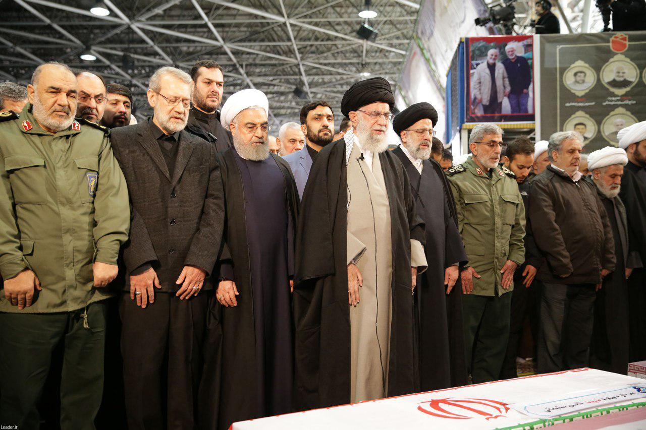 رهبر انقلاب نماز را بر پیکر شهیدان سلیمانی و همرزمانش اقامه کردند