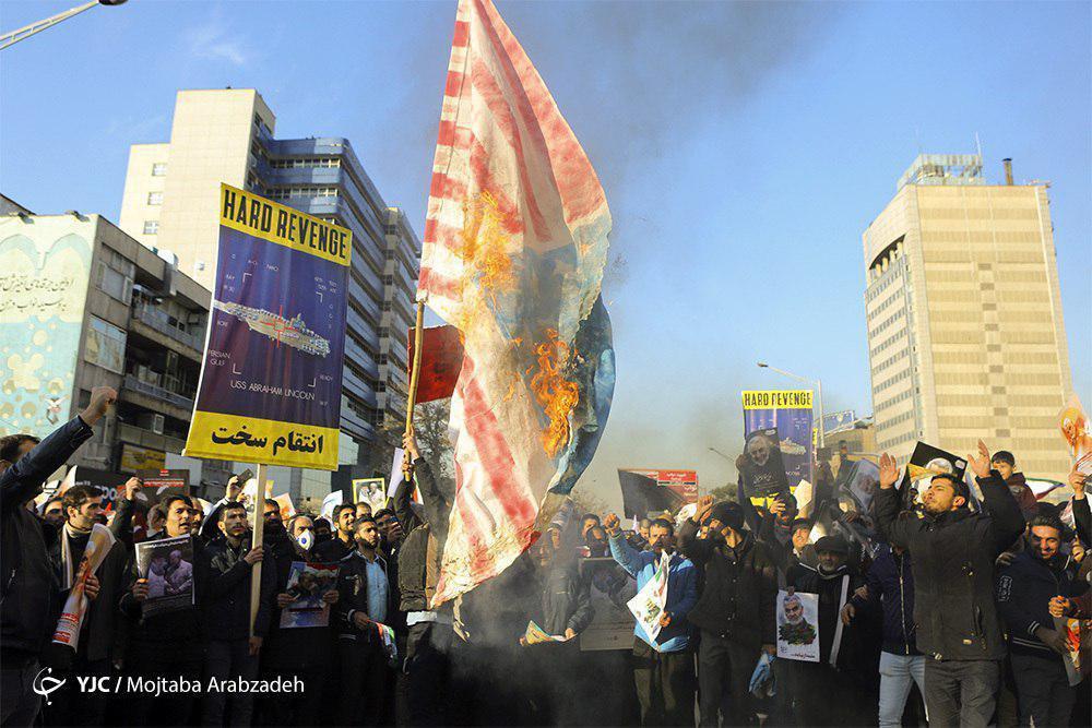 رقص پرچم آمریکا در شعلههای آتش