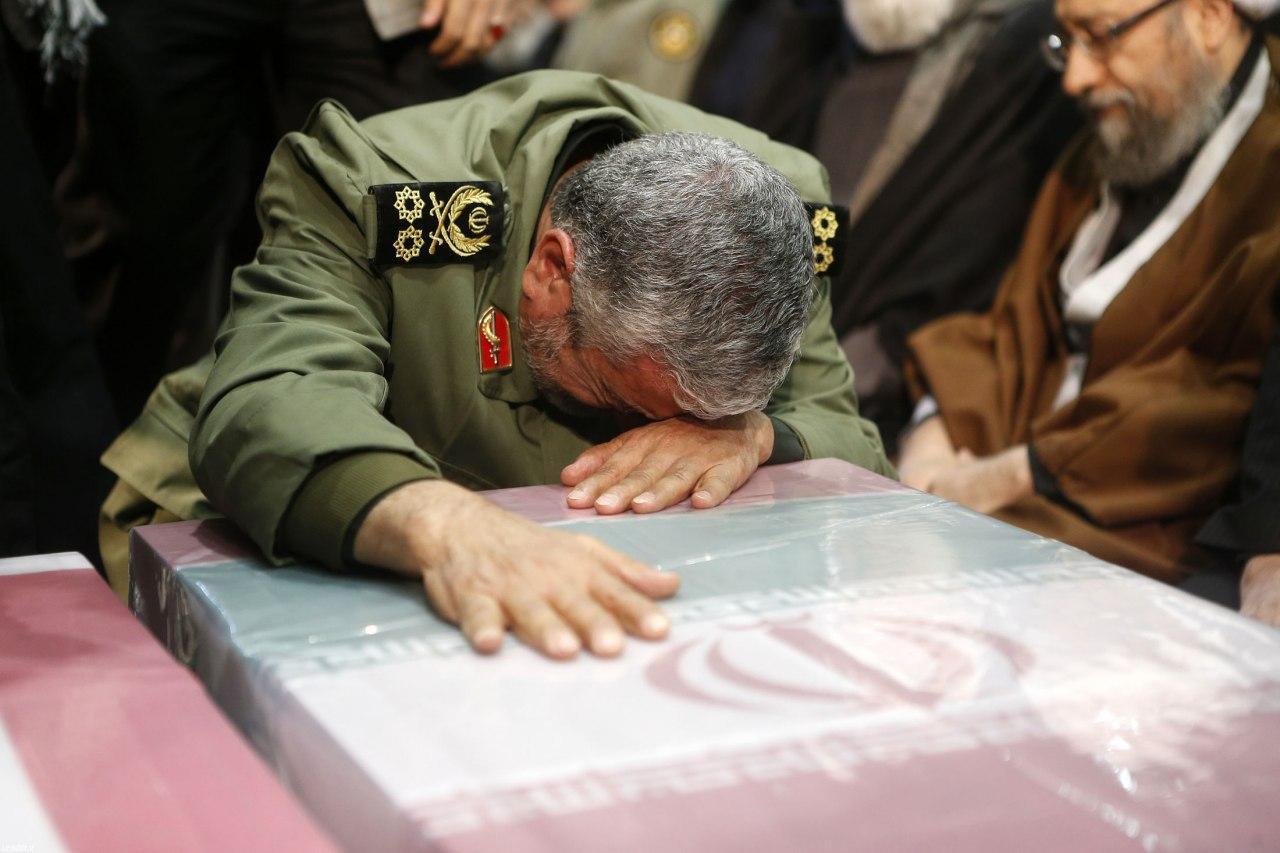 تصویری از ادای احترام سر لشکر جعفری و سردار باقری با شهدای مقاومت