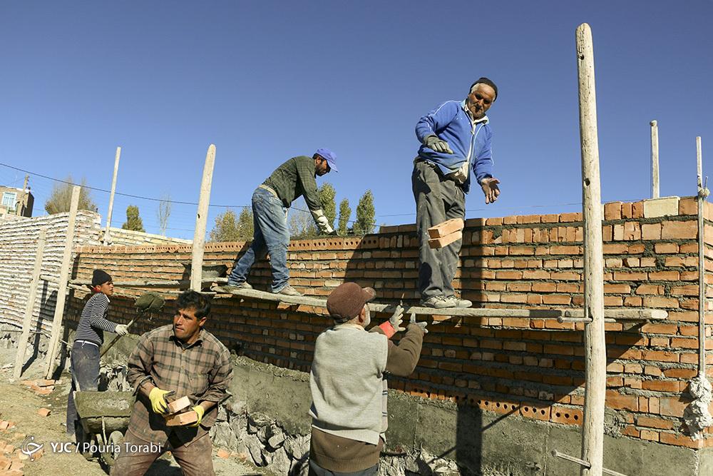کُندی در روند بازسازی واحدهای زلزله زده آذربایجان شرقی / شرایط زلزله زدگان در زمستان و هنگام بارش برف چگونه است؟