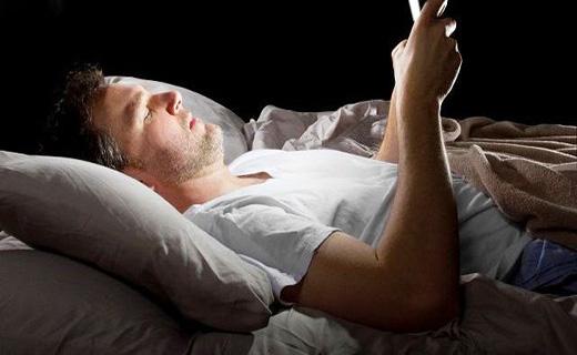 عوارض استقاده از گوشی در شب