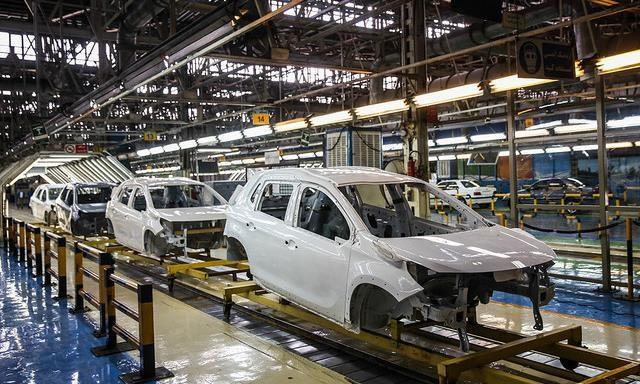 واگذاری کامل خودروسازیها، دردی از صنعت خودرو درمان میکند؟