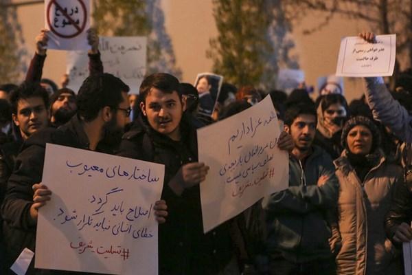 حاشیه مراسم یادبود جانباختگان هواپیما در دانشگاه شریف و امیرکبیر / چه کسانی مانع عزاداری دانشجویان شدند؟