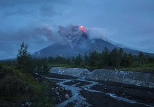 تعطیلی مانیل در پی فوران آتشفشان برای دومین روز متوالی