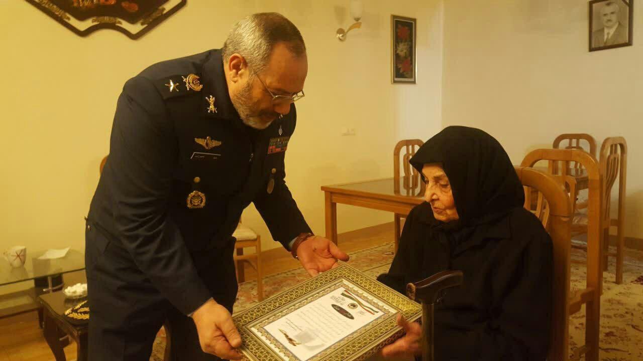 امیر سرتیپ نصیرزاده با مادر خلبان شهید همایون شوقی دیدار کرد