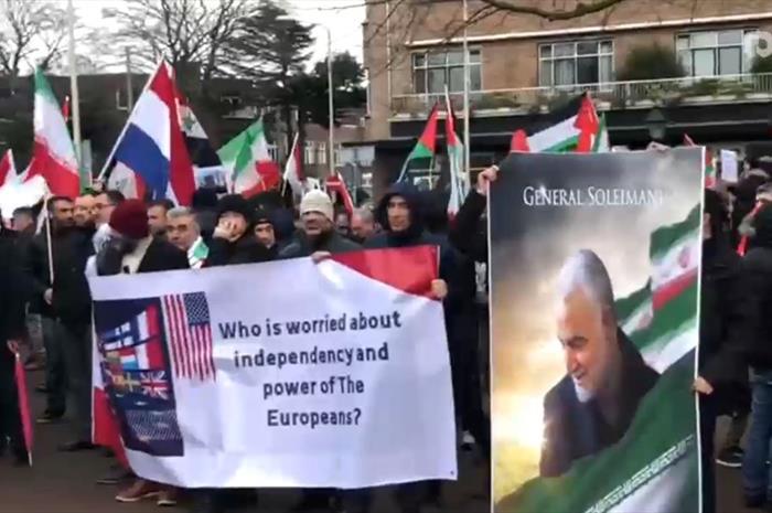 طنین شعار مرگ برآمریکا اینبار در مقابل دادگاه لاهه در هلند