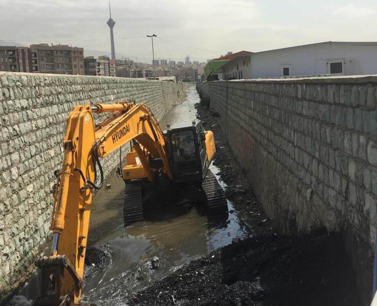 جمعه////////// استخراج 300 کامیون شن از کانال زیر بزرگراه همت / آماده شرایط بارانی و برفی هستیم