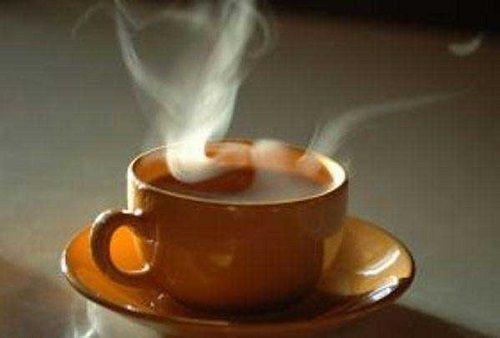 هرگز چای را فوت نکنید/ عوارض فوت کردن نوشیدنیها و غذاهای بسیار داغ