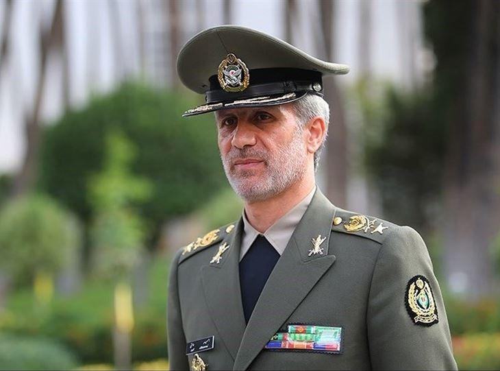 بازدید وزیر دفاع از نمایشگاه تقویت سبکهای آموزشی دانشگاه افسری امام علی (ع)