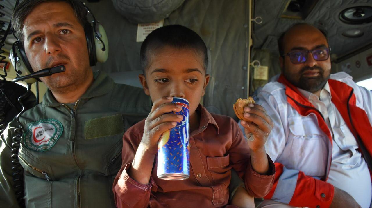 نجات جان ۳ نفر از اهالی روستای گودن در بخش زرآباد توسط بالگرد جمعیت هلال احمر