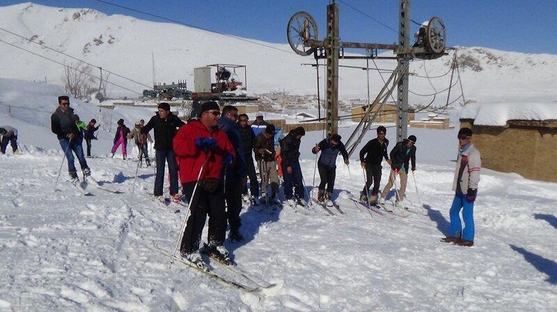 زیباییهای زمستانی در بام ایران/ تجربه لذت اسکی در کنار آبشار خروشان