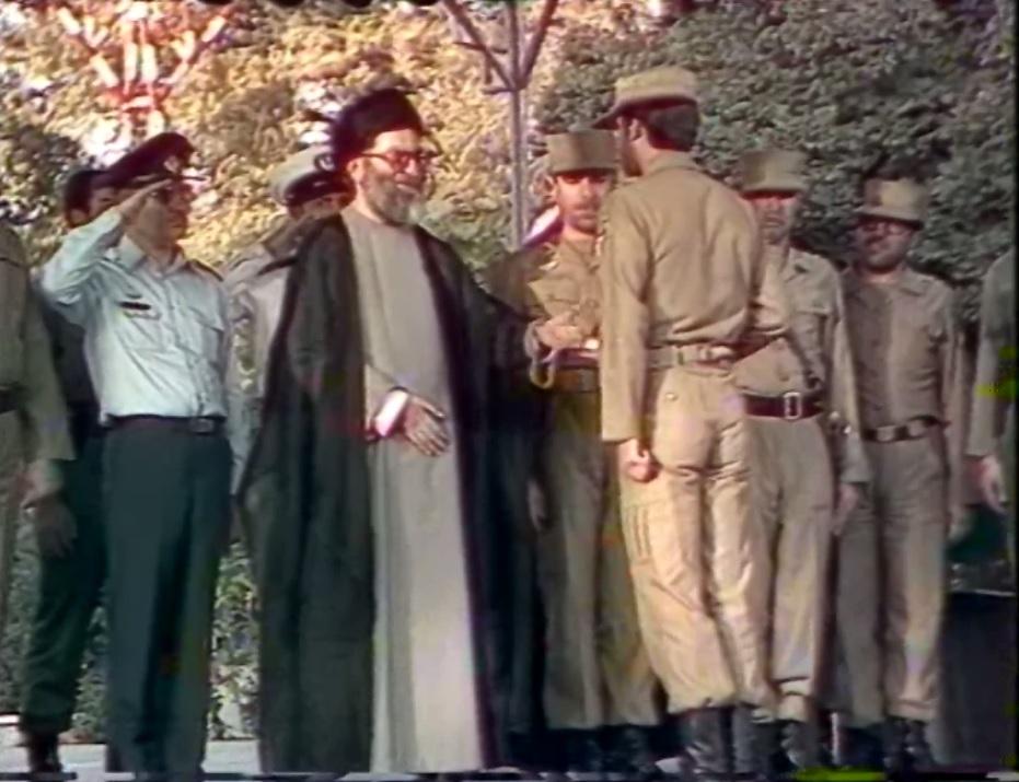 لحظه دریافت لوح تقدیر توسط حاتمی از دستان مقام معظم رهبری