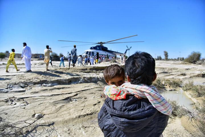 امدادرسانی هوایی در مناطق سیل زده جنوب سیستان و بلوچستان همچنان ادامه دارد