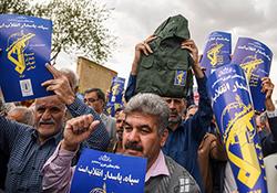 پلاکاردهای مردم در حمایت از سپاه پاسداران در مسیر برگزاری نماز جمعه + فیلم