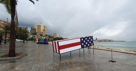 ماکت تابوت سربازان آمریکایی در ساحل جنوب لبنان