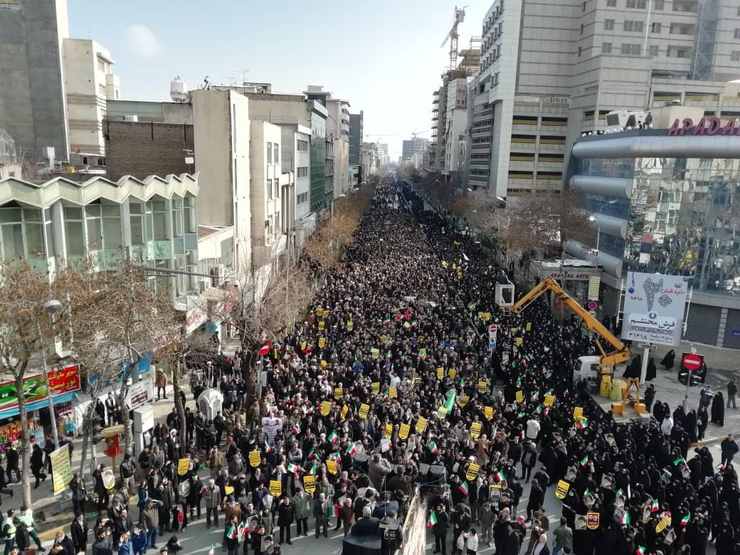 نمایی از حضور میلیونی مردم سراسر کشور در حمایت از آرمان های انقلاب و تکریم جانباختگان سقوط هواپیمای اوکراینی