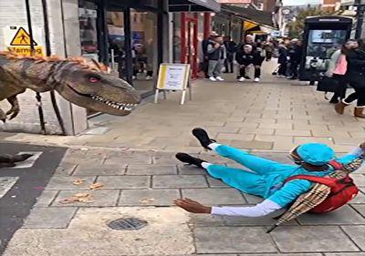 شوخی دایناسوری با مردم در پیاده رو + فیلم