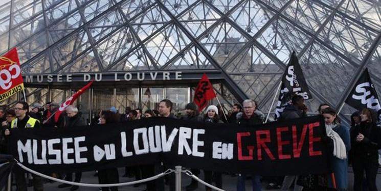 معترضان در مقابل موزه لوور پاریس
