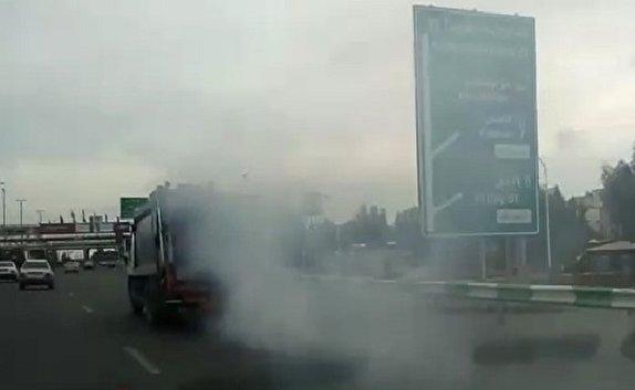 باشگاه خبرنگاران -خودروی حمل زباله که خود آلاینده است! + فیلم