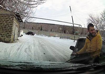 واکنش دیدنی مرد جوان پس از تصادف در خیابانی برفی + فیلم