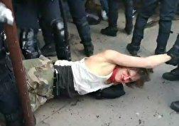 باشگاه خبرنگاران - کتک زدن وحشیانه یک معترض توسط پلیس فرانسه + فیلم