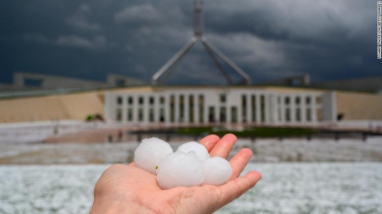 توفان گرد و غبار و بارش تگرگ، چالشهای جدید استرالیا+ تصاویر