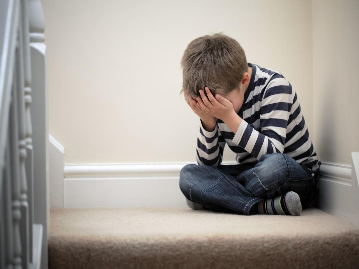 عابد/ چگونه با کودکان گوشه گیر برخورد کنیم؟