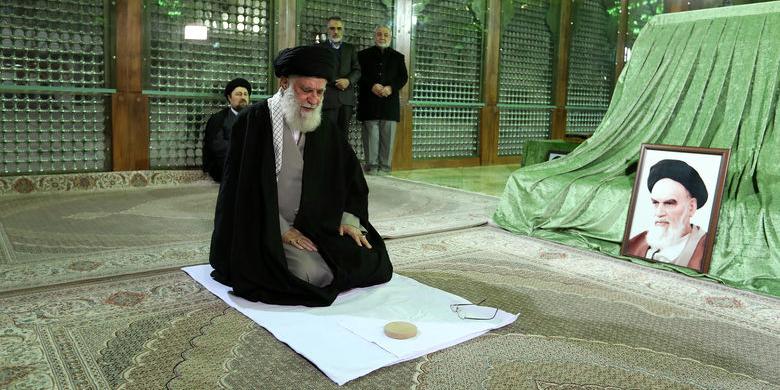 رهبر انقلاب اسلامی در مرقد امام خمینی (ره) وگلزار شهدا حضور یافتند