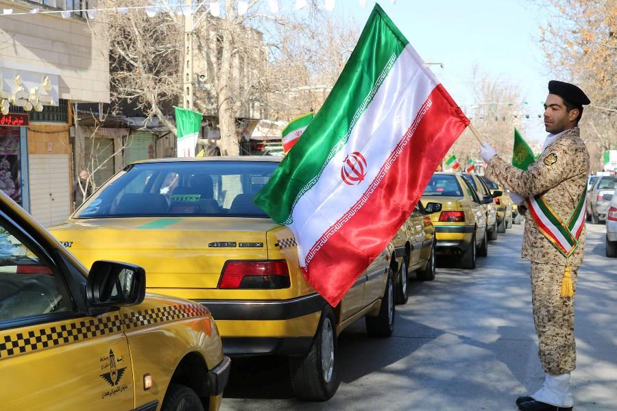 رژه خودروهای کتابخانههای سیار و تاکسی داران همدان در نخستین روز از دهه فجر