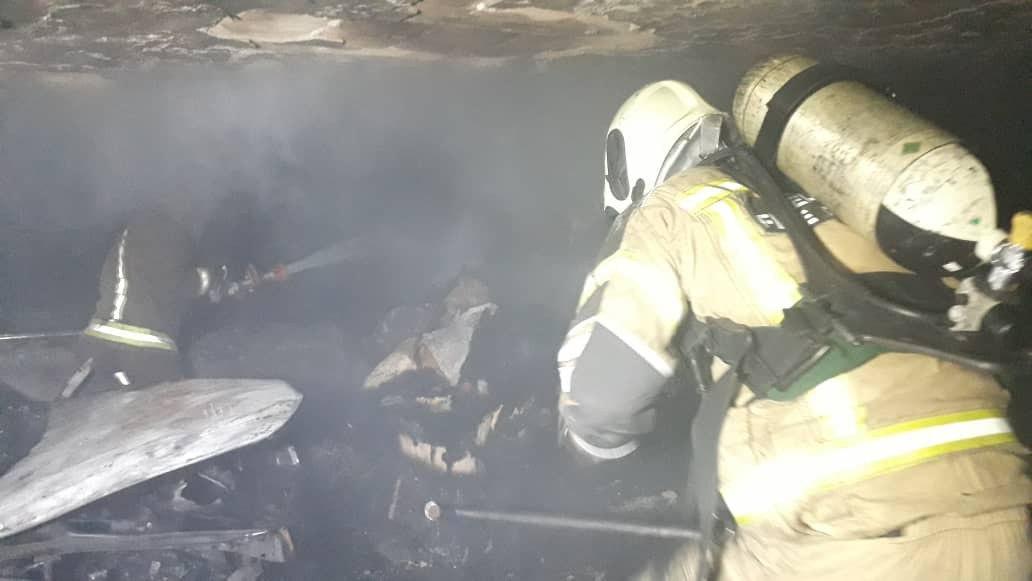 سوختن ۳ خودرو پراید و BMW در آتش سوزی ساختمان ۴ طبقه