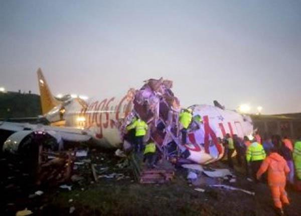 متلاشی شدن هواپیمای مسافربری در فرودگاه استانبول + فیلم و عکس