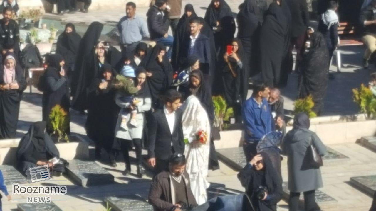 تصویری از زوج جوانی که زندگی مشترک را از جوار مزار حاج قاسم سلیمانی آغاز کردند