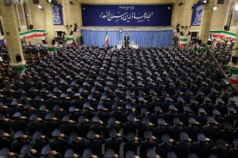 معنی حدیث  نصب شده در حسینیه امام خمینی (ره) در کارکنان نیروی هوایی و پدافند هوایی ارتش با رهبر انقلاب