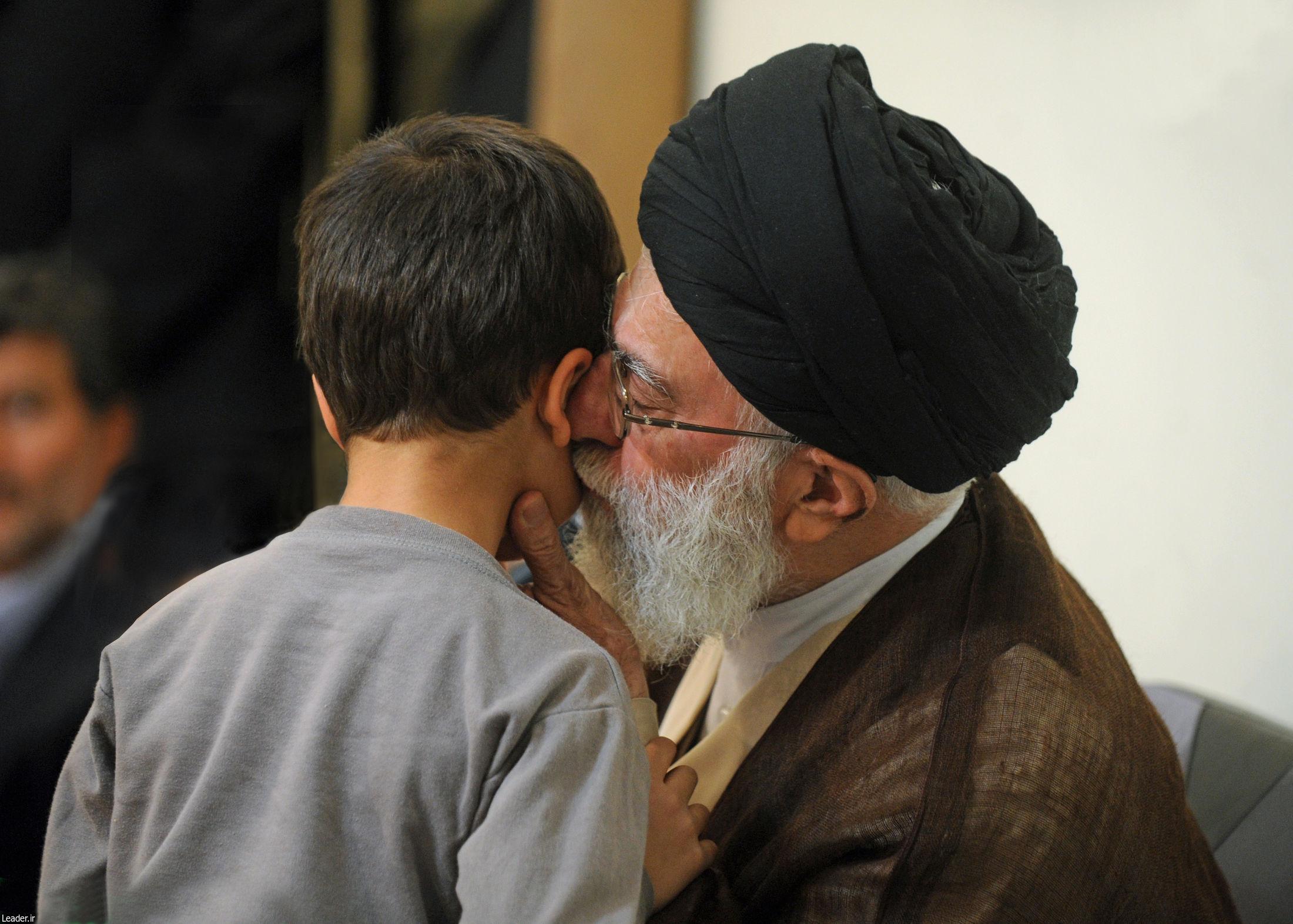 تصاویر دیده نشده از دیدارهای رهبر انقلاب با خانوادههای معظم شهیدان