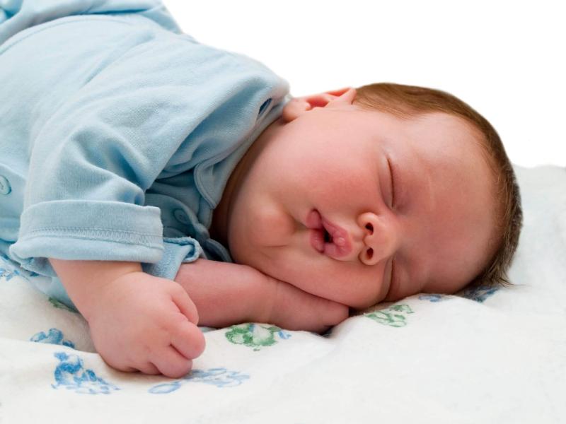 چرا خواباندن نوزاد در تخوابی غیر از تختخواب والدین مهم است؟