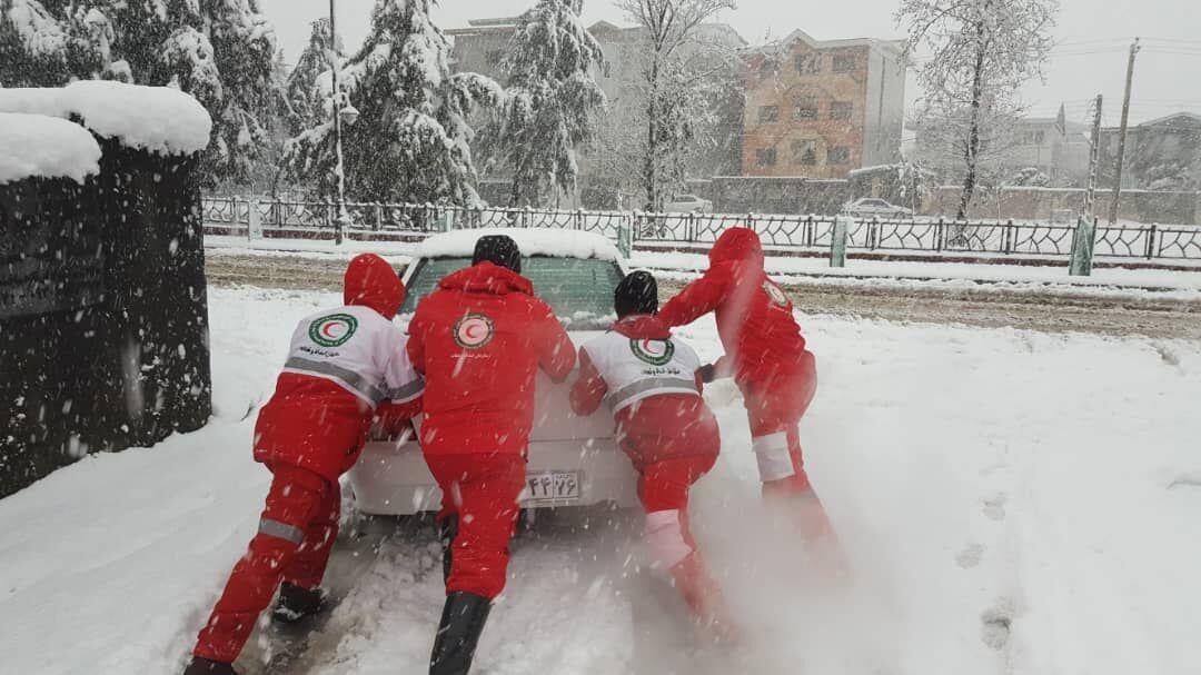 توزیع یکهزار و ۲۷۳ بسته غذایی در میان متاثرین برف وکولاک گیلان