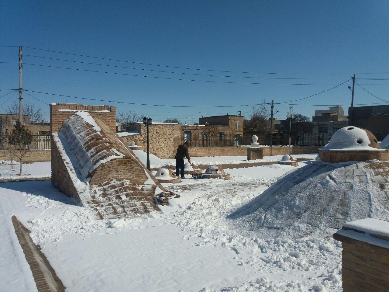 پایش بناهای تاریخی فاروج در پی بارش برف