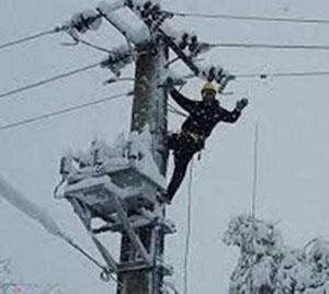 گرفتار شدن شش نفر از سیم بانان اداره برق هشترود در برف و کولاک