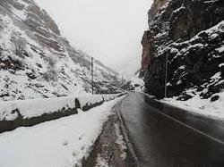 مسدودیت آزادراه زنجان – تبریز تا ظهر امروز بر طرف میشود / برف و کولاک مشکلات بسیار زیادی برای راهداران ایجاد کرده