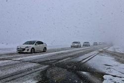 جادههای خراسان رضوی برفی و لغزنده است