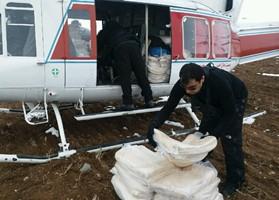 کمک رسانی بالگرد هلال احمر به روستاییان میانه