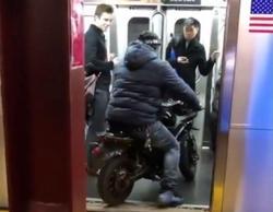 موتور سواری در مترو تعجب مسافران را برانگیخت