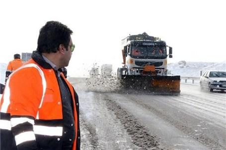 برف روبی محورهای مواصلاتی نهاوند توسط ۲۰ اکیپ راهداری