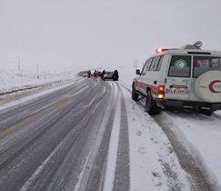 امداد رسانی به خودروهای گرفتار شده در برف در اسکو