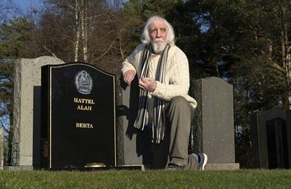 مردی به طور تصادفی قبر خود را پیدا کرد + عکس