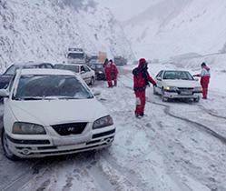 امدادرسانی به خودروهای گرفتارشده دربرف در هریس