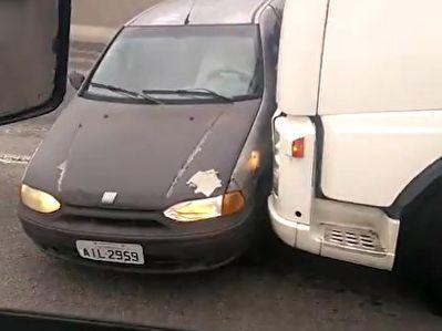 اقدام دیوانه وار راننده تریلی با خودروی سواری پس از تصادف + فیلم