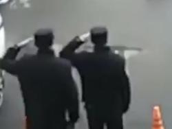 احترام نظامی پلیسهای چینی برای تشکر از یک مرد نیکوکار + فیلم
